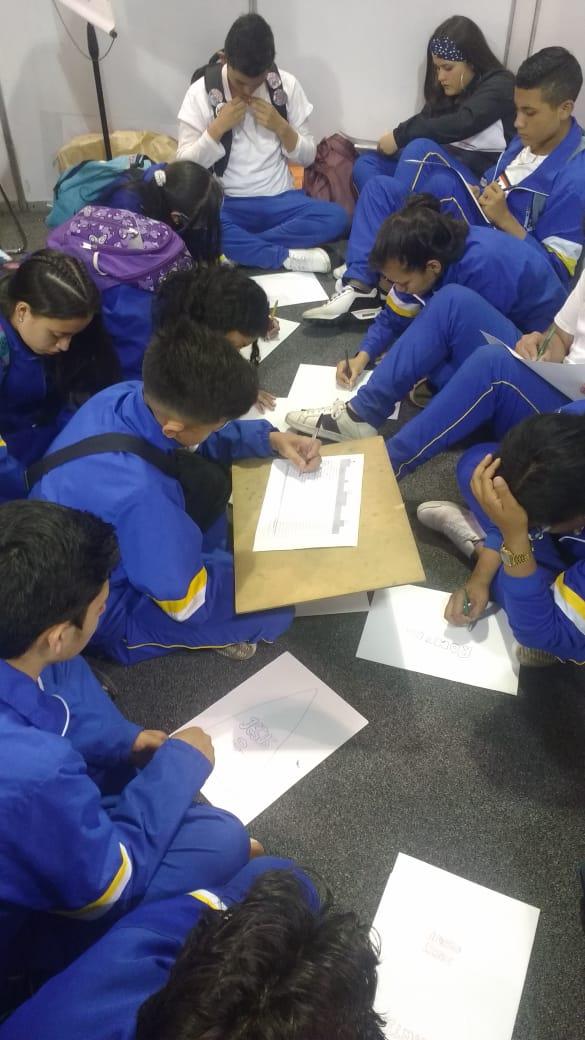 Laboratorio de dibujo para estudiantes dirigido por el artista Fernando Llanos
