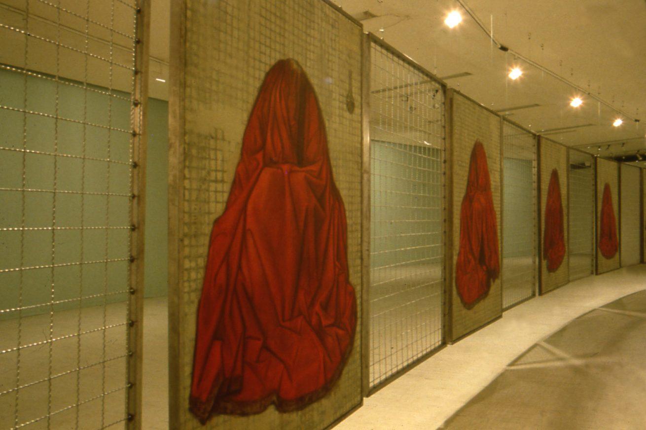 Una jaula fue a buscar un pájaro (1997). Galería Santa Fe. Instalación. Detalle: Sendero de los bienes del cielo. La Pacha.