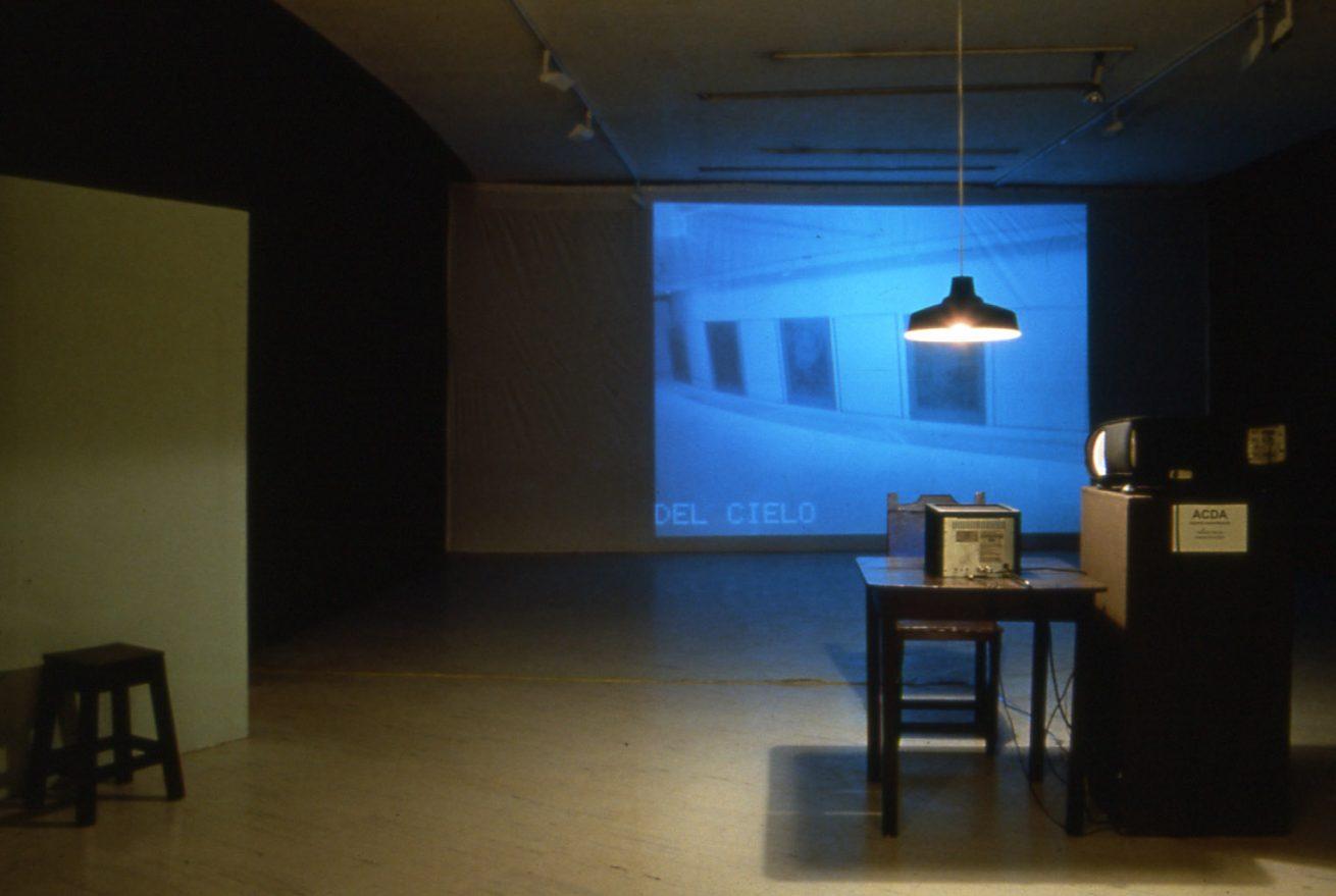 Una jaula fue a buscar un pájaro (1997). Galería Santa Fe. Instalación. Detalle: Sala del vigilante.