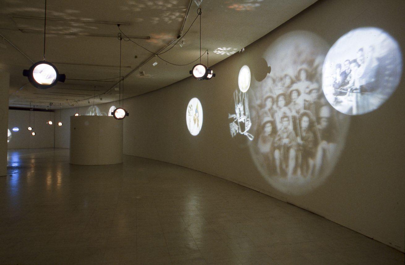 En la punta de la lengua (1997). Galería Santa Fe. Instalación. Video instalación. Vista general.